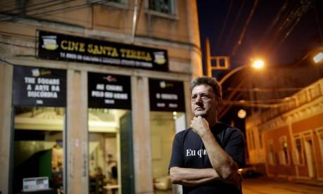 Adil Tiscatti, administrador do Cine Santa, em Santa Teresa, que passou a sortear brindes para atrair público Foto: Marcio Alves / Agência O Globo