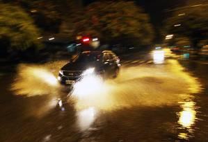Bolsão de água na Avenida Epitácio Pessoa, durante a madrugada Foto: Paulo Nicolella / Agência O Globo