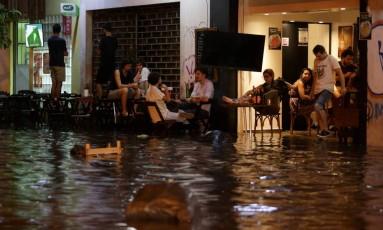 Rua Álvaro Rodrigues, em Botafogo, durante as chuvas no fim da noite desta quarta-feira Foto: Pedro Teixeira / Agência O Globo