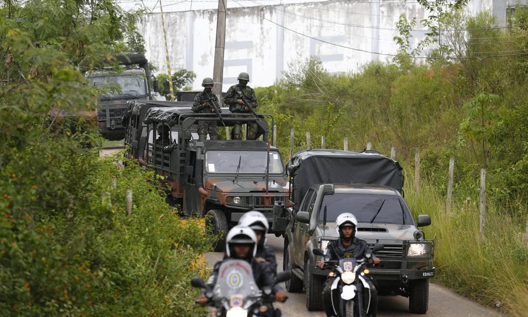 Veículos do Exército deixam Presídio Milton Dias Moreira, após militares fazerem revista nas celas Foto: Pablo Jacob / Agência O Globlo