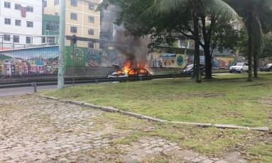 Carro pega fogo na Estrada na Lagoa-Barra Foto: Centro de Operações Rio (COR)