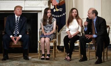 Donald Trump ao lado das estudantes Carson Abt e Ariana Klein, da Marjory Stoneman Douglas High School, e o pai de Carson, Frederick Abt, em reunião na Casa Branca Foto: Carolyn Kaster / AP