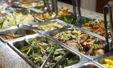 Bufê para refeição Foto: Fábio Rossi / Agência O Globo