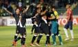 Alívio depois do drama: jogadores do Vasco abraçam Martín Silva e comemoram a classificação sobre o Jorge Wilstermann Foto: DAVID MERCADO / REUTERS