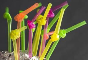 Restaurantes começam a eliminar o uso de canudos de plástico e substituem por canudos de inox, vidro ou papel. Na foto, drinque do Pici Foto: Ana Branco / Agência O Globo
