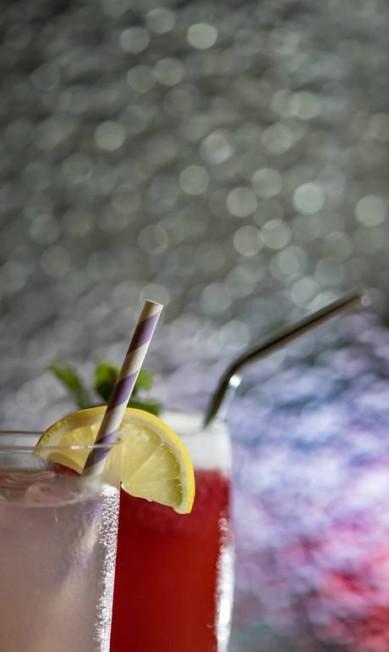 Canudos de papal e inox nos drinques e sucos do Teva, bar de vegetais que nasceu sem canudos de plástico Ana Branco / Agência O Globo