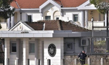 Policial diante de embaixada americana em Montenegro após o ataque Foto: Risto Bozovic / AP