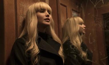 Em 'Operação Red Sparrow', Jeniffer Lawrence adota sotaque russo e peruca com franja para interpretar a agente russa Dominika Foto: Divulgação