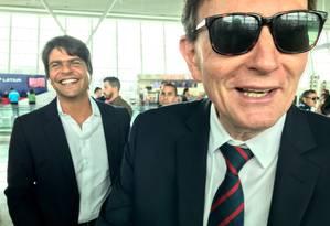 Crivella faz piada sobre a chuva no Rio em aeroporto, onde encontrou deputado Pedro Paulo, seu adversário na última eleição Foto: Bernardo Mello Franco / O Globo