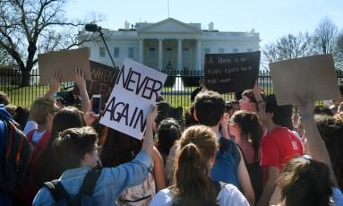 Estudantes protestam em frente à Casa Branca Foto: OLIVIER DOULIERY / AFP