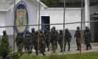 Militares durante operação de revista no Presídio Milton Dias Moreira, em Japeri, em 21/02/2018 Foto: Pablo Jacob / Agência O Globo