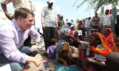 Justin Forsyth em visita à Somália, em 2012 Foto: Feisal Omar / REUTERS