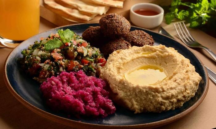Novidade: falafel com homus com pickles de repolho roxo e tabule Foto: Roberto Price / Divulgação