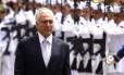 O presidente Michel Temre passa a tropa em revista, antes de reunião do Conselho Militar de Defesa Foto: Jorge William / Agência O Globo