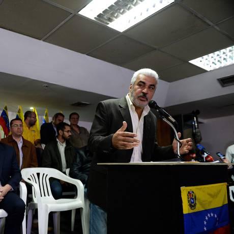 Coordenador político da MUD, Ángel Oropeza faz coletiva de imprensa junto a aliados em Caracas Foto: FEDERICO PARRA / AFP
