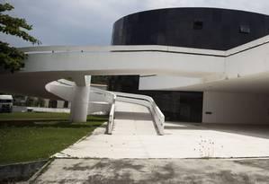 Prédio onde será o Museu do Cinema Brasileiro, no Caminho Oscar Niemeyer: 12 anos de espera Foto: Agência O Globo / Hermes de Paula/13-1-2016