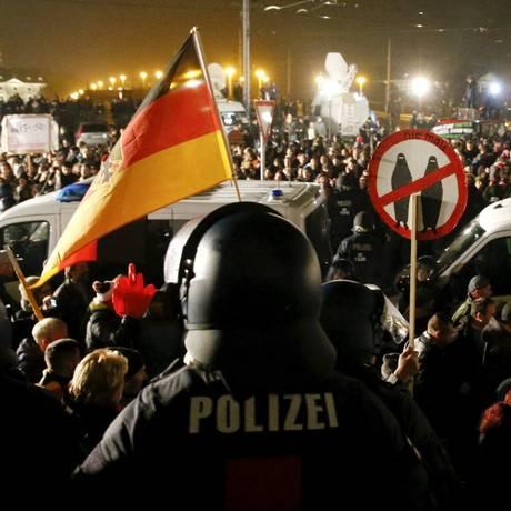 Manifestação do Pegida: movimento ganha apoio da principal força política da direita radical Foto: Reuters