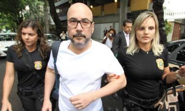 Orlando Diniz é levado para a sede da Polícia Federal Foto: Paulo Nicolella