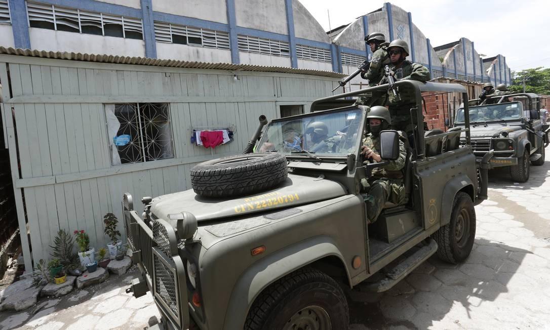 Equipes do Exército durante operação na Favela Kelson's, na Zona Norte do Rio Foto: Marcio Alves - 20/02/2018 / Agência O Globo