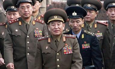 Em 2007, general Kim Yong-chol atravessa fronteira entre Coreias para negociações com autoridades de Seul Foto: JO YONG-HAK / AFP
