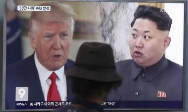 Em 2017, televisão em Seul mostra presidente dos EUA, Donald Trump, e líder norte-coreano, Kim Jong-un, lado a lado Foto: Ahn Young-joon / AP