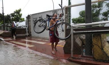 A forte chuva que caiu nesta sexta-feira provocou alagamentos na Avenida Niemeyer Foto: Márcio Alves / Agência O Globo