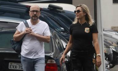 Orlando Diniz é acompanhado por agente da Polícia Federal Foto: Reginaldo Pimenta / Raw Image / Agência O Globo / Agência O Globo
