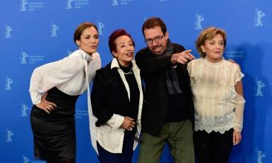 As atrizes Ana Ivanova, Margarita Irun e Ana Brun com o diretor e roteirista Marcelo Martinessi no lançamento de 'Las herederas' Foto: TOBIAS SCHWARZ / AFP