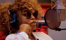 Elza Soares no estúdio, gravando 'Deus é mulher' Foto: Agência O Globo
