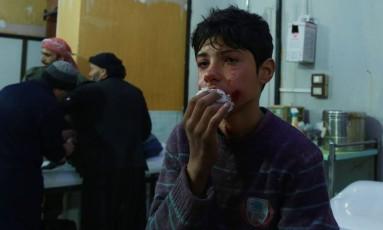 Menino sírio ferido em bombardeio chora enquanto espera tratamento em hospital de Douma, na região de Ghouta Oriental Foto: HAMZA AL-AJWEH / AFP