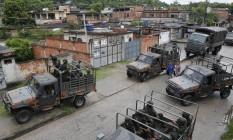 Soldados do Exército patrulham a Vila Keneddy, no Rio de Janeiro Foto: Antonio Scorza / Agência O Globo
