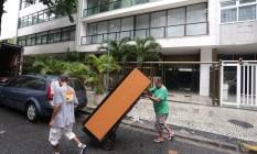 A adega de Adriana Ancelmo é transportada pela equipe de mudança Foto: Marcio Alves / Agência O Globo / 23-2-18