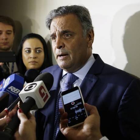 O senador Aécio Neves (PSDB-MG), após reunião da bancada do partido Foto: Michel Filho / Agência O Globo