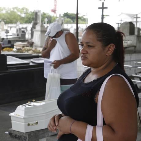 Dor. Maria Betânia de Souza, no enterro da sobrinha, no Cemitério do Maruí: ela cobra Justiça e diz que sua irmã foi negligenciada na unidade hospitalar Foto: Fábio Guimarães / Fotos de Fábio Guimarães