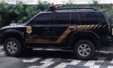 Bandidos simularam um mandado de busca e apreensão e recolheram bens materiais Foto: Divulgação