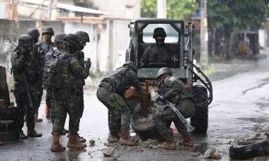 Militares durante a operação conjunta do Exército com policiais na comunidade da Vila Kennedy localizada na Zona Oeste do Rio de Janeiro Foto: Pablo Jacob / Pablo Jacob