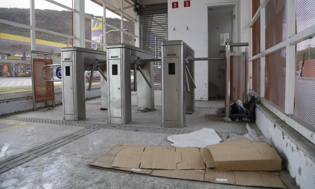 Estação de Itaipu, invadida, está suja e depredada. Foto: Fábio Guimarães / Agência O Globo