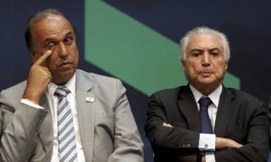 Presidente Michel Temer, acompanhado do governador Luiz Fernando Pezão Foto: Gabriel de Paiva / Agência O Globo