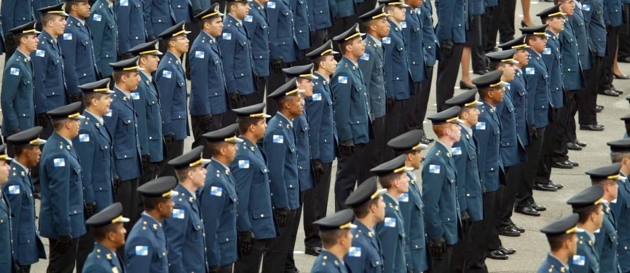 Formatura de novos oficiais da Polícia Militar, em Sulacap (Arquivo 01/12/2003) Foto: Márcia Foletto