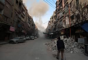 """Sírio caminha em uma rua de Douma, cidade em Ghouta Oriental, sob o cerco do regime: """"A noção de guerra justa supõe que haja guerras injustas"""", observa Rony Brauman, cofundador da MSF Foto: HAMZA AL-AJWEH / AFP"""