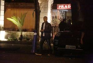Romário é fotografado deixando boate no Rio ao lado do carro registrado em nome da irmã Foto: Cristiana Silva
