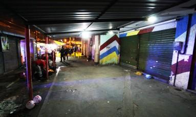 Bar onde homem foi morto e outras seis pessoas foram baleadas em Cascadura. Na foto, corpo é removido por agentes da Defesa Civil Foto: Paulo Nicolella / Agência O Globo