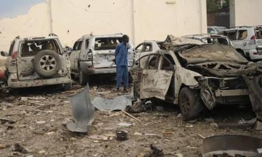 Um dos carros-bomba explodiu em frente ao hotel Doorbin, em Mogadíscio, capital da Somália Foto: MOHAMED ABDIWAHAB / AFP
