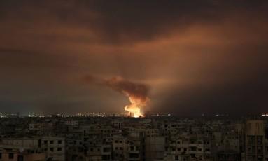 Imagem mostra incêndio provocado por bombardeio em Ghouta Oriental, nos arredores de Damasco Foto: AMMAR SULEIMAN / AFP