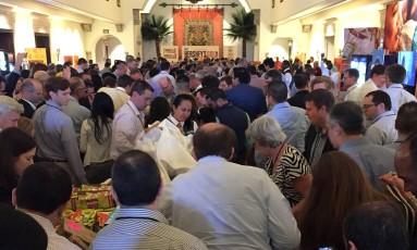 Corrida por chocolates em evento com analistas de Wall Street. Foto: Craig Giammona / Bloomberg