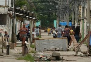Ruas voltam a ter barricadas do tráfico na Vila Kennedy Foto: Fabiano Rocha / Agência O Globo