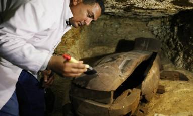 Um dos 40 sarcófagos encontrados na necrópole Foto: MOHAMED ABD EL GHANY / REUTERS