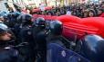 Manifestantes enfrentam policiais em marcha antifascista em Milão Foto: MASSIMO PINCA / REUTERS