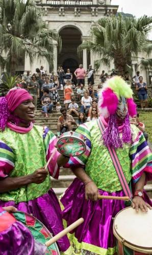 Integrantes da bateria da Magueira participam do 'Levante Queremos Queer - Movimento contra a censura e intolerância', promovido pela Escola de Artes Visuais do Parque Lage Foto: Ana Branco / Agência O Globo