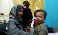 Crianças sírias choram ao serem tratadas por ferimentos em bombardeios em Ghouta Oriental Foto: HAMZA AL-AJWEH / AFP